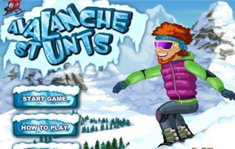 Slidininkai čiuožia per sniegą ir nuo kalno